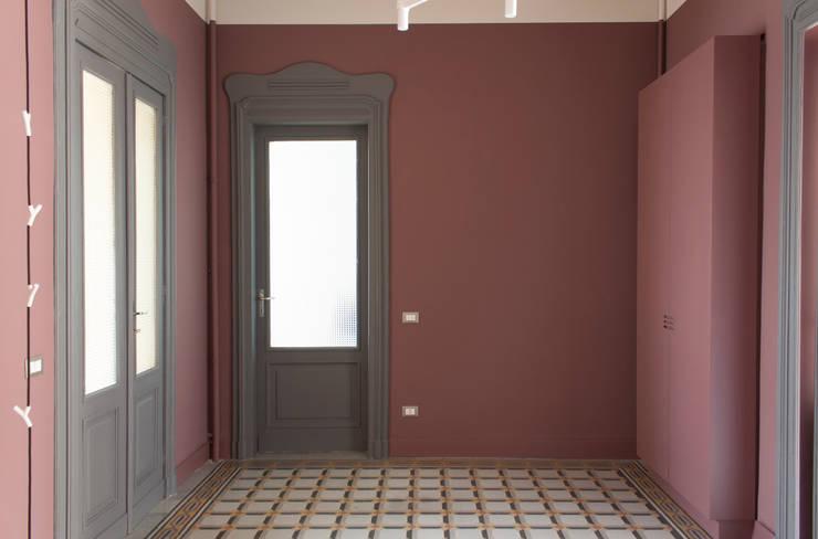 Casa Fenoglio: Ingresso & Corridoio in stile  di hom Architetti