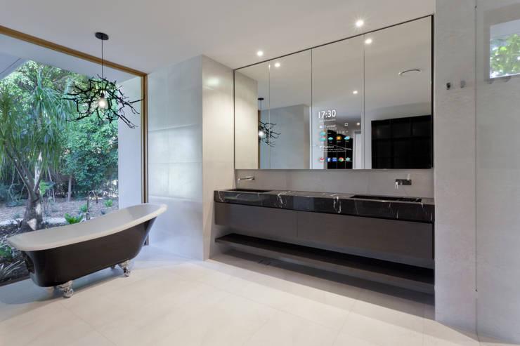 O tempo, as noticias, os emails, todos à distancia de um toque: Casas de banho  por Glassinnovation - Glass'IN