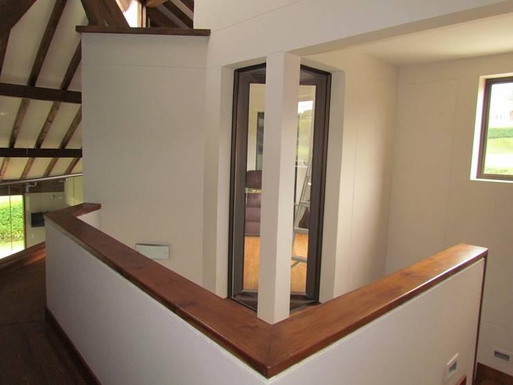 Pasillo: Pasillos y vestíbulos de estilo  por Arquitectura Madrigal