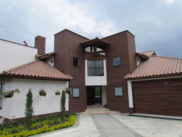 Fachada: Casas de estilo  por Arquitectura Madrigal