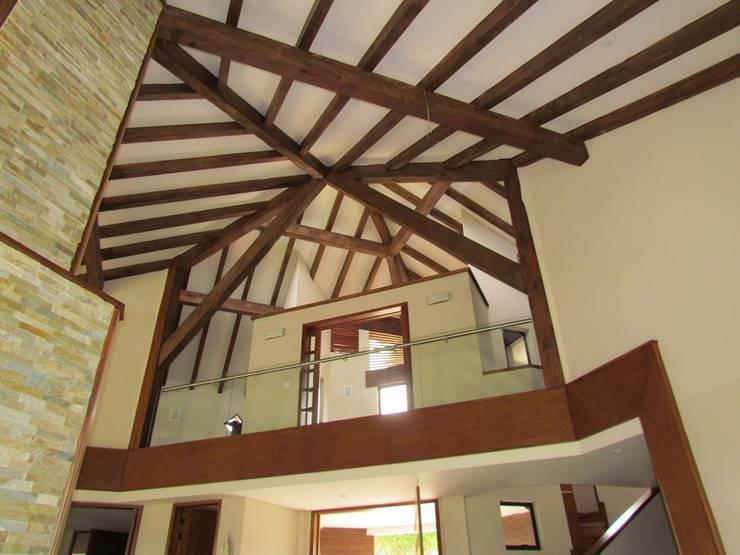 Vigas del techo: Salas de estilo  por Arquitectura Madrigal