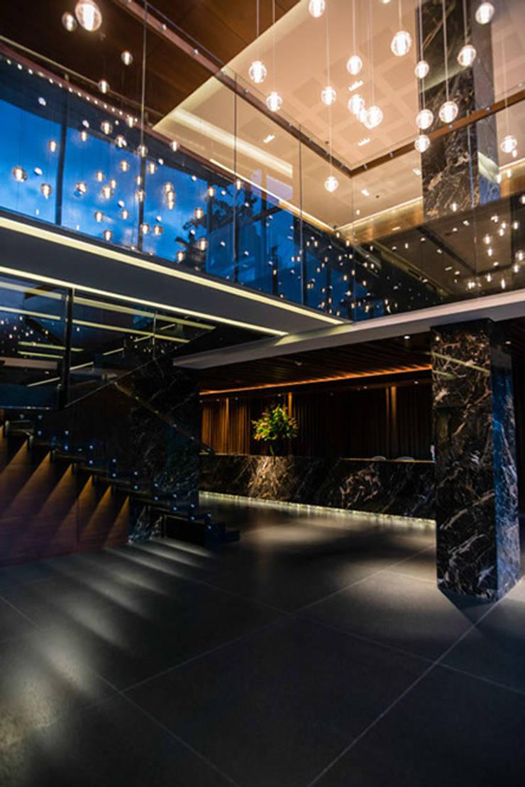 80/10 Urban Living: Pasillos y vestíbulos de estilo  por SAU Arquitectos, Moderno