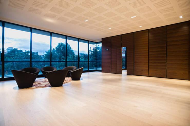 80/10 Urban Living: Salas de estilo  por SAU Arquitectos, Moderno