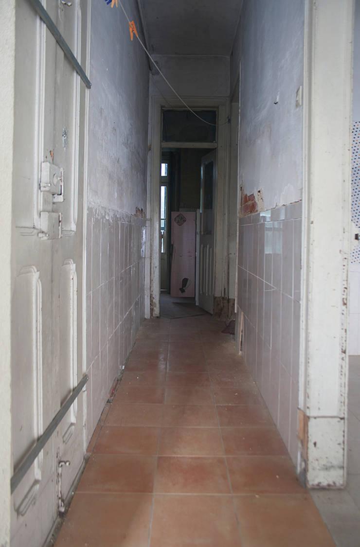 Before Corridor:   por Architecture Tote Ser