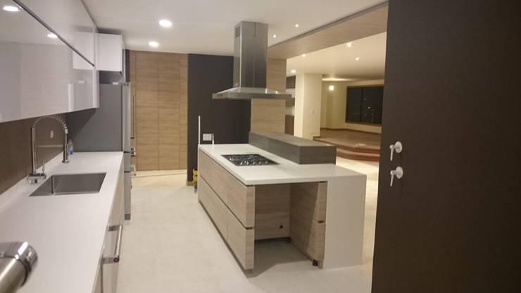 P273_AJC15: Cocinas de estilo moderno por Más Lados Arquitectura