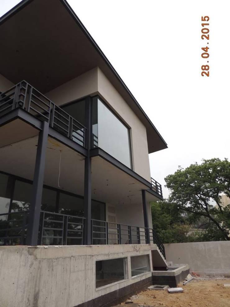 Casa Habitación, Bosque Real, Huixquilucan Estado de México: Casas de estilo  por L+arq Architecture Design Studio