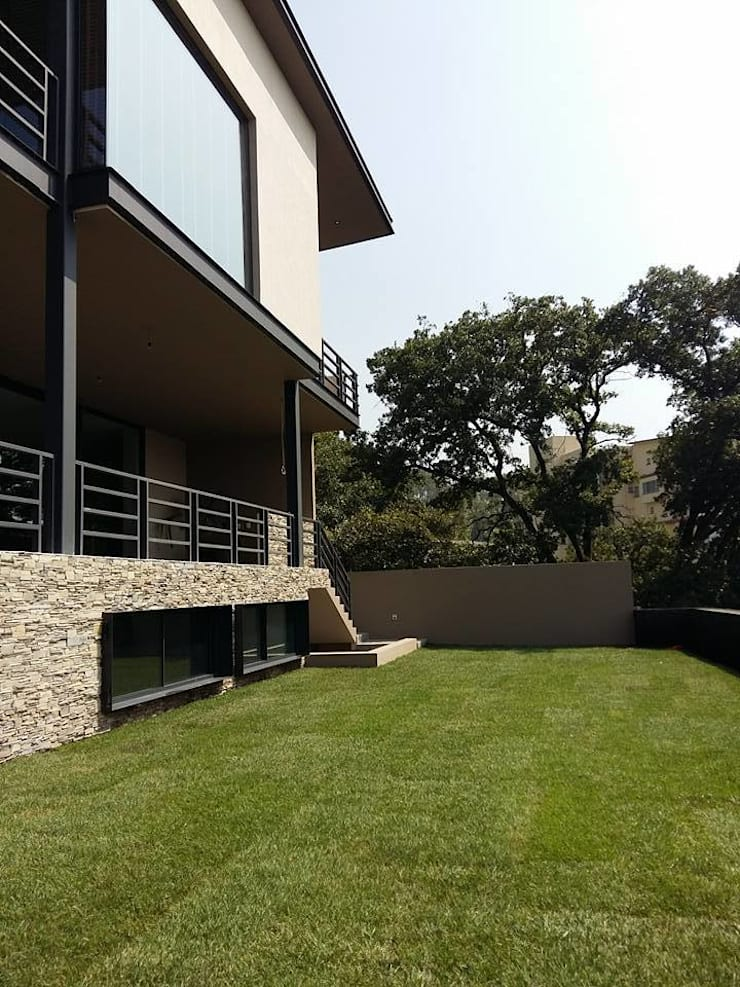Casa Habitación, Bosque Real, Huixquilucan Estado de México: Jardines de estilo  por L+arq Architecture Design Studio