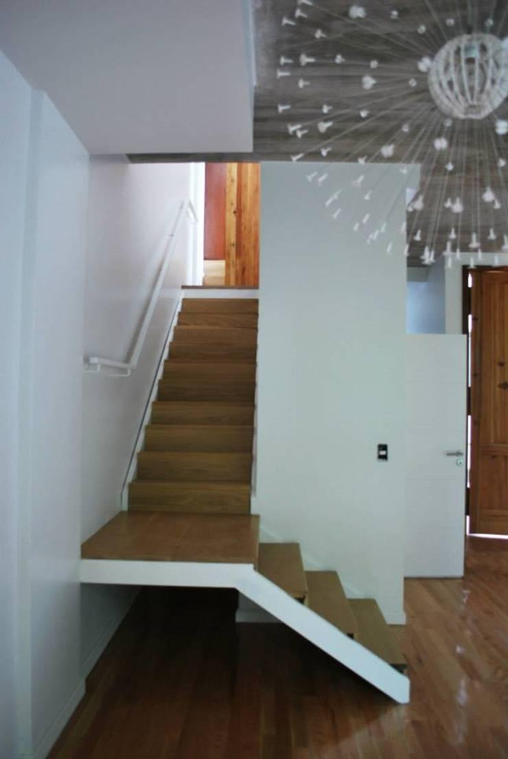 VOYF: Pasillos y recibidores de estilo  por RUKA,Moderno