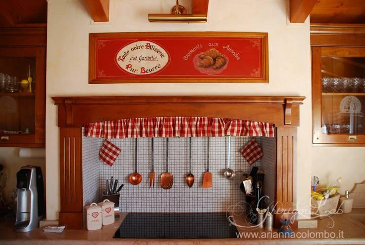 Antina decorata con pubblicità vintage : Cucina in stile in stile Moderno di Ghirigori Lab di Arianna Colombo