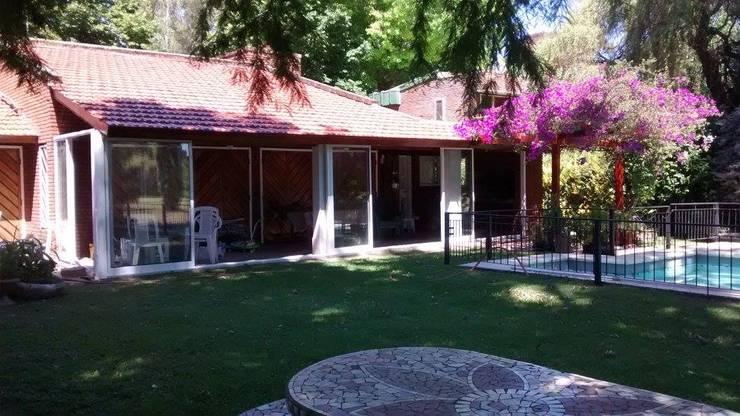 Cerramiento Quincho 2: Casas de estilo rural por Alumanias