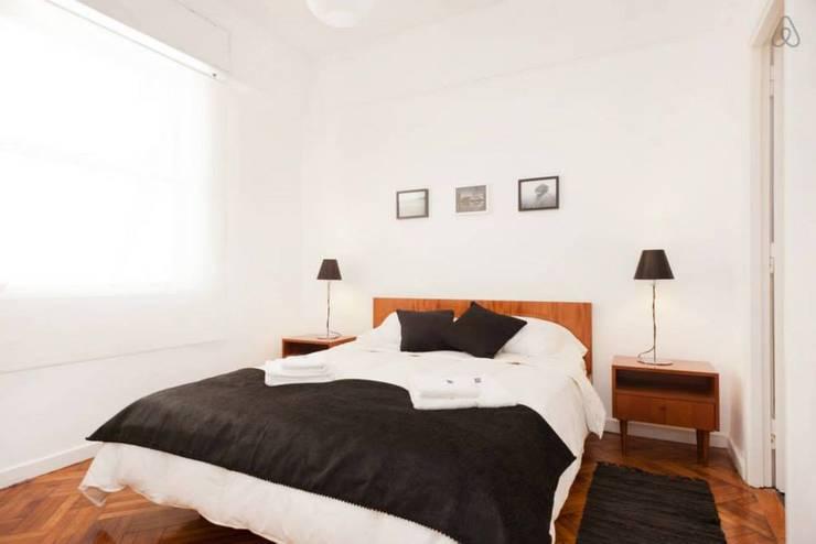 Larrea Apartamento: Dormitorios de estilo moderno por Ballesteros | Arquitectos