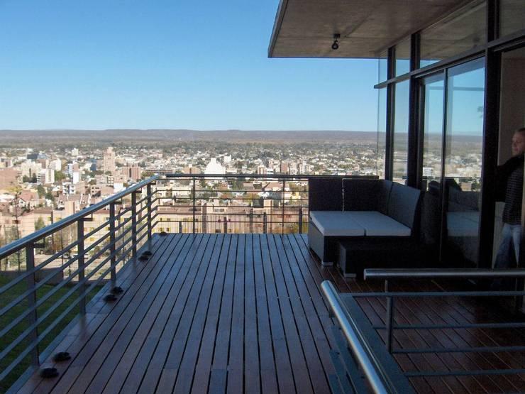 Casa en Barrio Gamma: Terrazas de estilo  por aercole