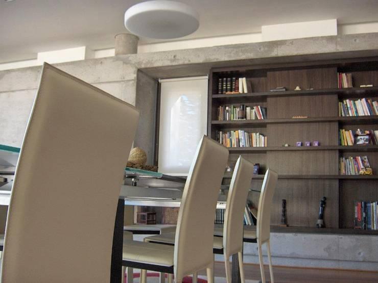 Casa en Barrio Gamma: Comedores de estilo moderno por aercole
