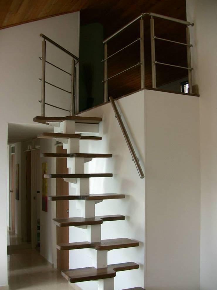 Escalera metálica: Vestíbulos, pasillos y escaleras de estilo  por German Blanco Arquitectos