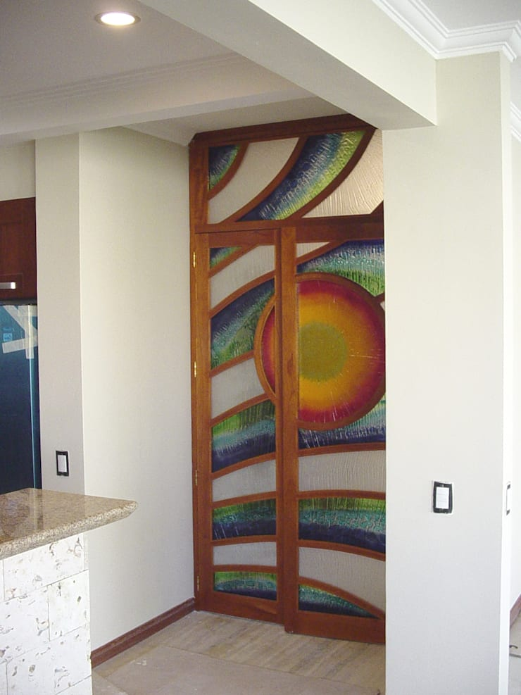 Puerta-Mural Sol: Puertas y ventanas de estilo  por Indigo Glass Art