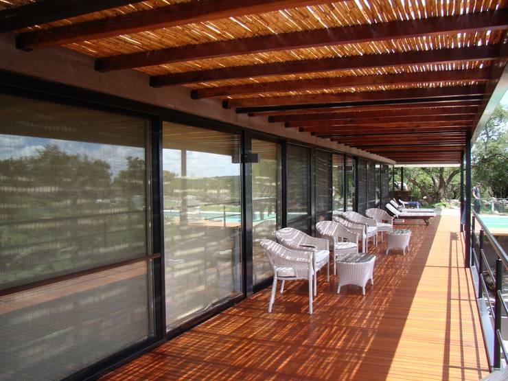 Port Ligat: Terrazas de estilo  por Estudio Monica Fiore