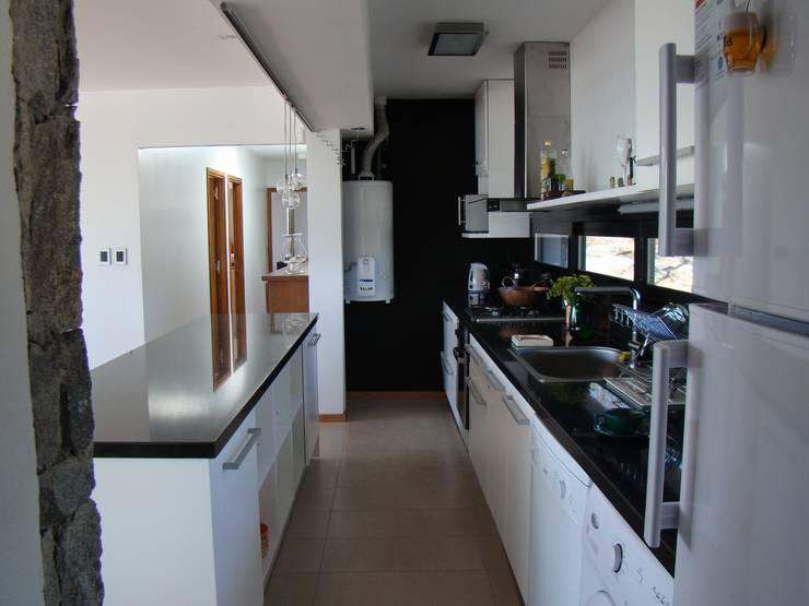 Port Ligat Cocinas modernas: Ideas, imágenes y decoración de Estudio Monica Fiore Moderno