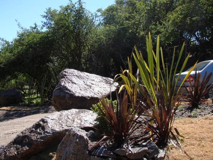 Port Ligat: Jardines de estilo  por Estudio Monica Fiore