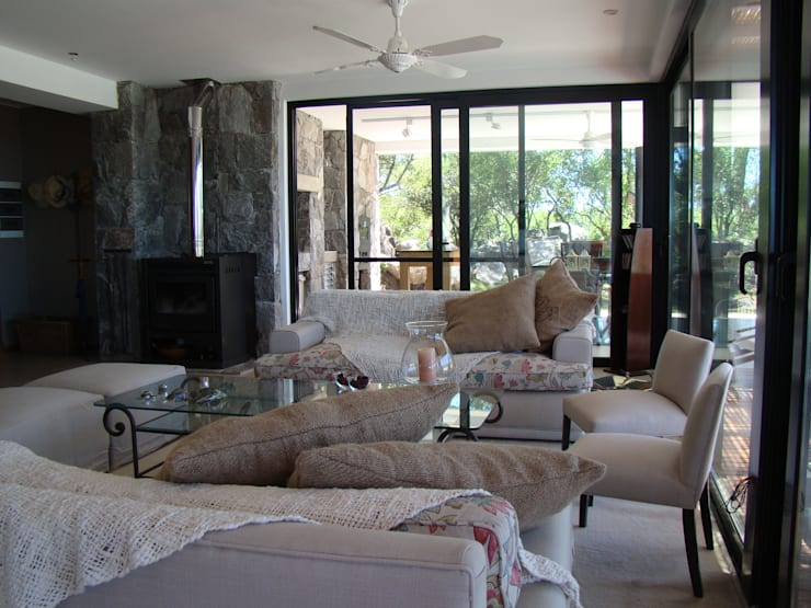 Port Ligat Livings modernos: Ideas, imágenes y decoración de Estudio Monica Fiore Moderno