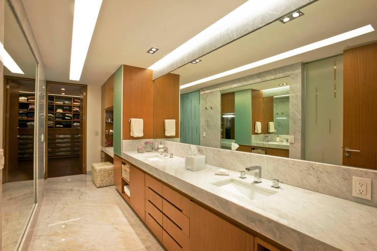 Armoni : Vestidores y closets de estilo  por ARCO Arquitectura Contemporánea