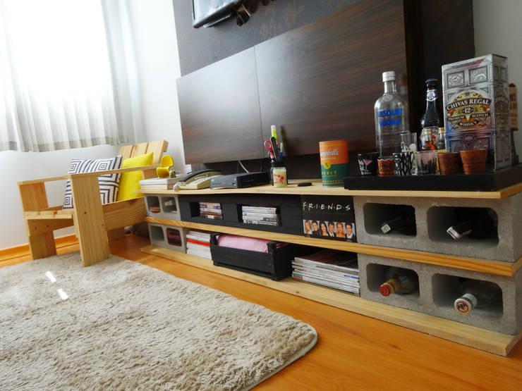 Projeto Remobília - Rack com bloco de concreto: Sala de estar  por Camila Feriato,