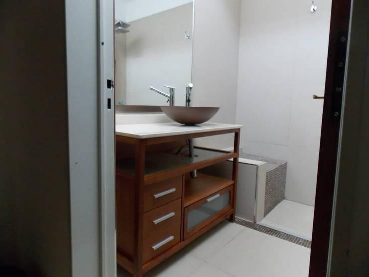 Remodelación Baño:  de estilo  por Brito & Chappex