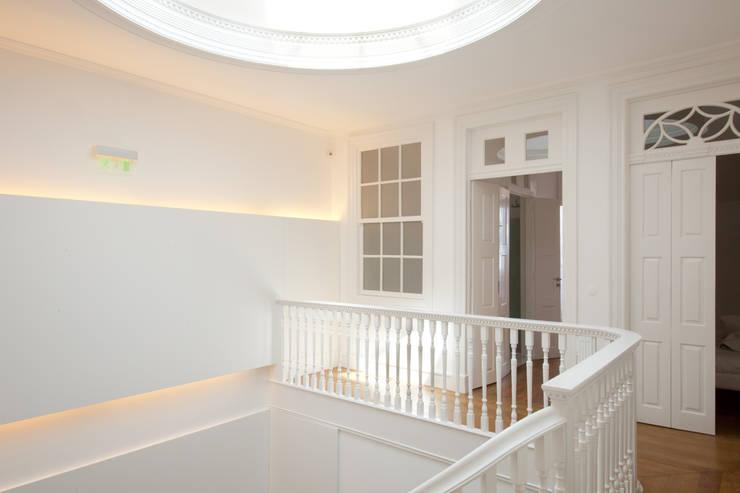 Porto Lounge Hostel: Corredores e halls de entrada  por aaph, arquitectos lda.