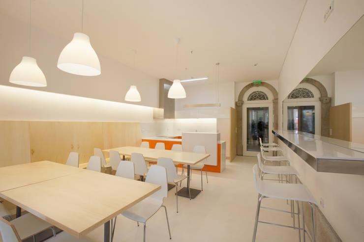 Porto Lounge Hostel: Salas de jantar  por aaph, arquitectos lda.