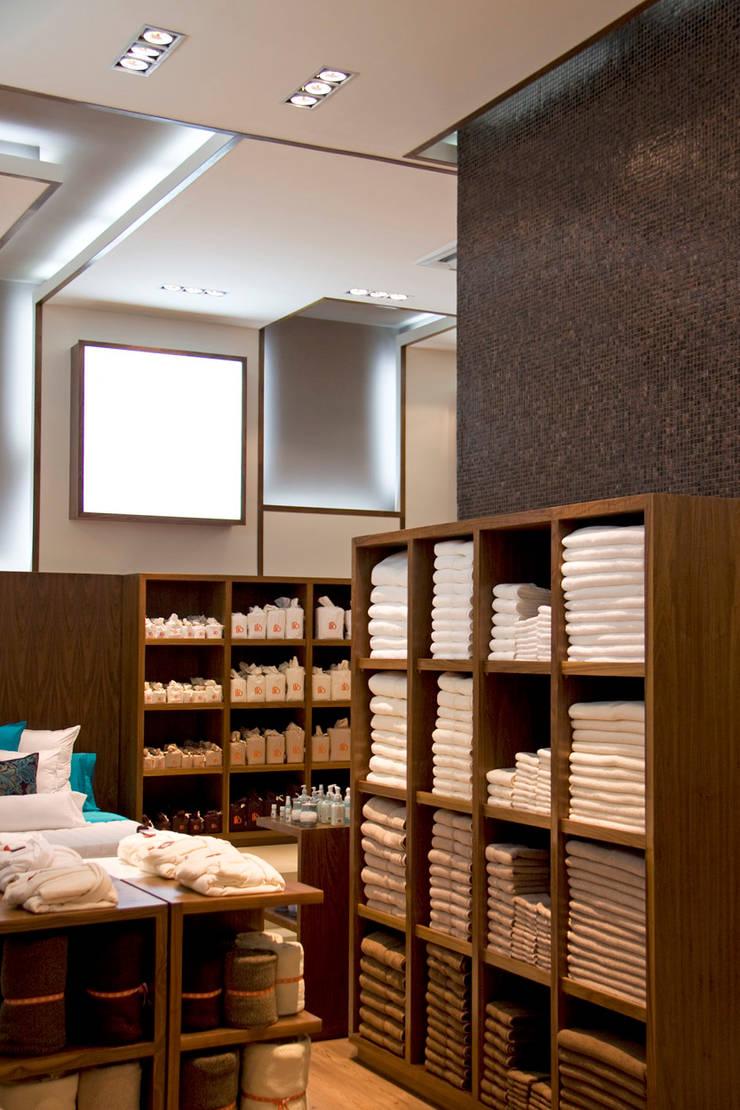 ILO Interlomas : Oficinas y tiendas de estilo  por ARCO Arquitectura Contemporánea