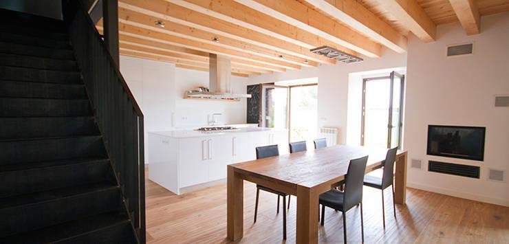 Masia sobre una codinera: Casas de estilo rural de Feu Godoy Arquitectura