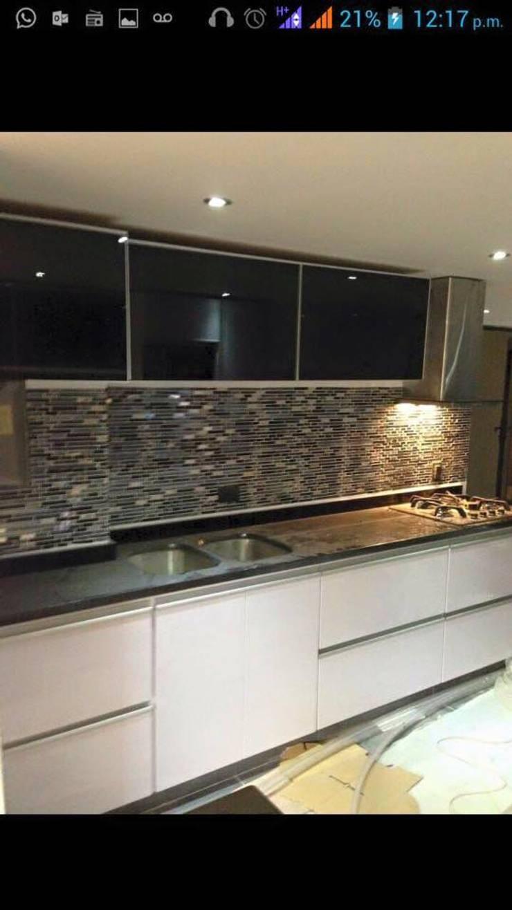 Cocina con pared en piedra: Cocinas de estilo moderno por Diseños & cocinas integrales -  Divicocinas