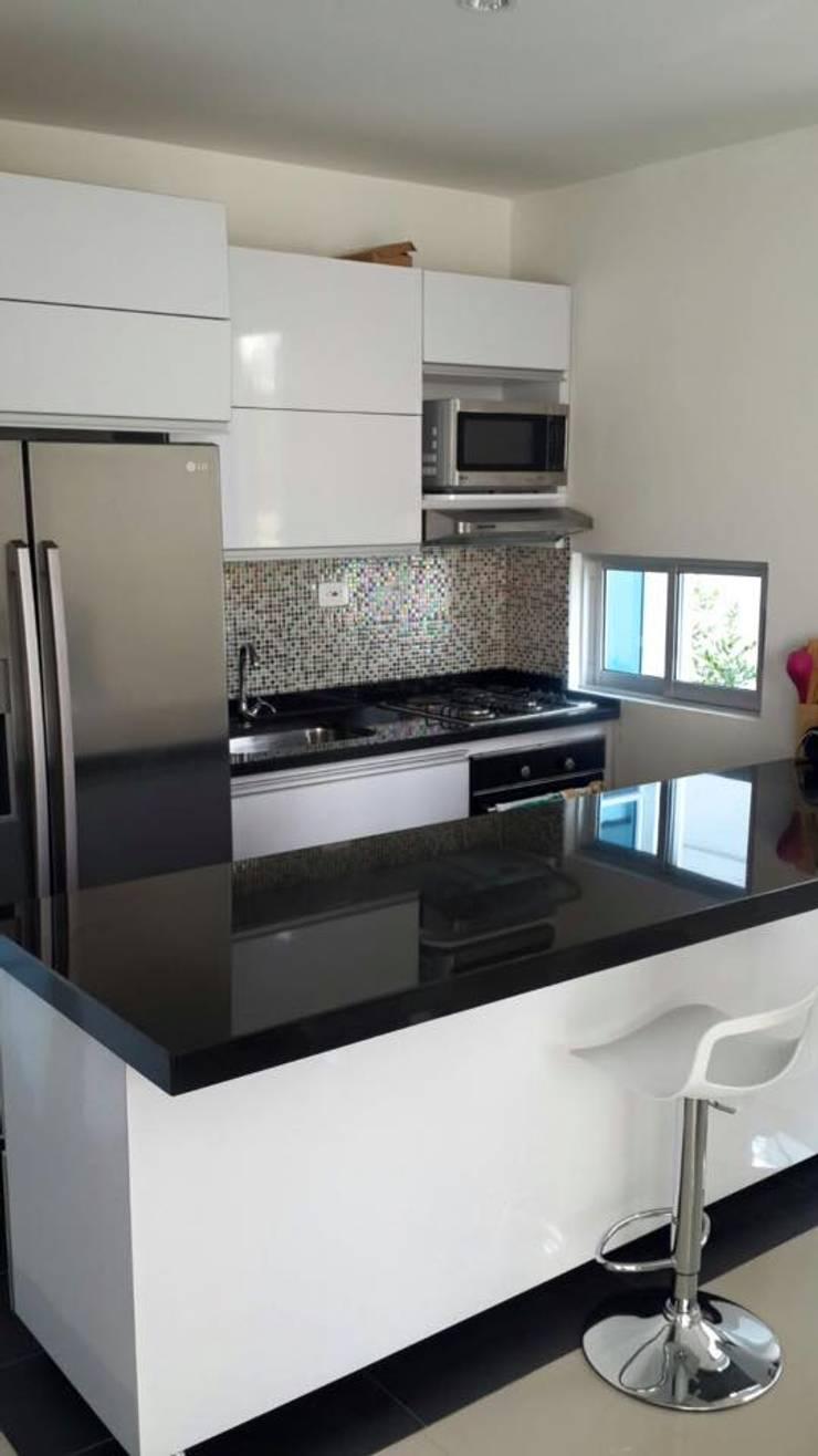 Meson isla de cocina: Cocinas de estilo moderno por Diseños & cocinas integrales -  Divicocinas