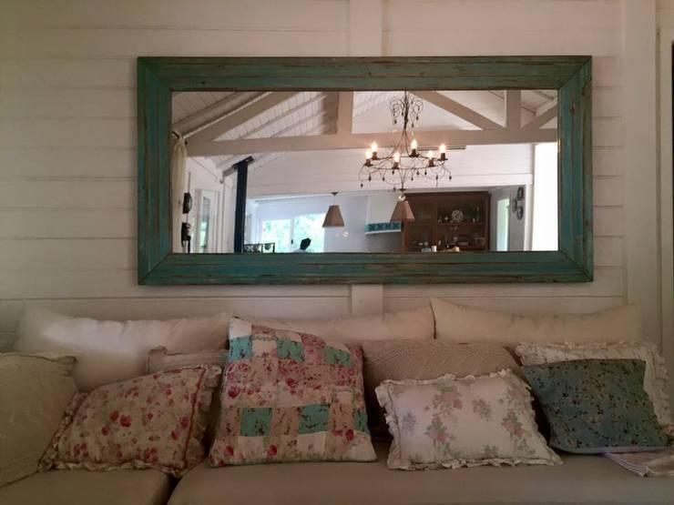 MUEBLES EN AMBIENTES: Livings de estilo  por Frames & Mirrors