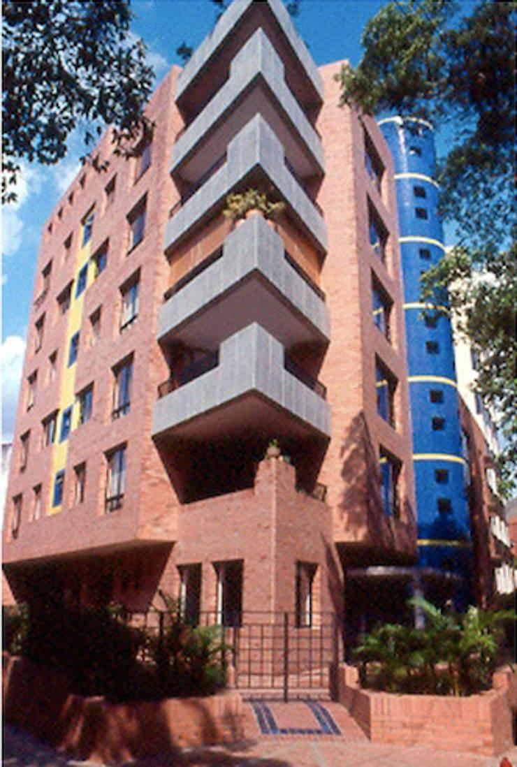 Proyectos destacados: Edificios de oficinas de estilo  por Ortiz Campo y Cia
