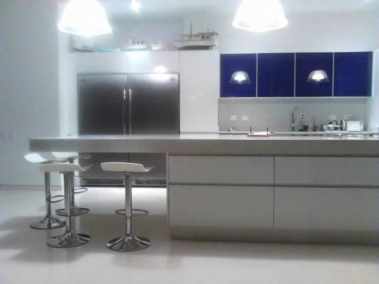 Mobiliario a su medida: Cocina de estilo  por Emrotaca