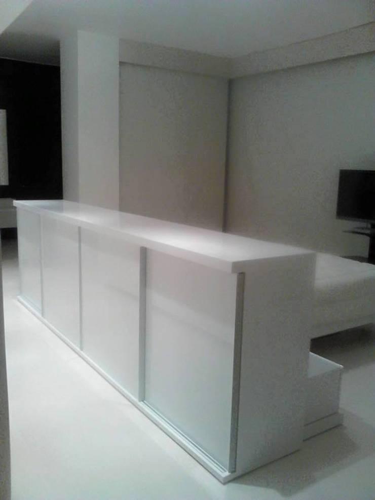 Mobiliario a su medida: Sala multimedia de estilo  por Emrotaca