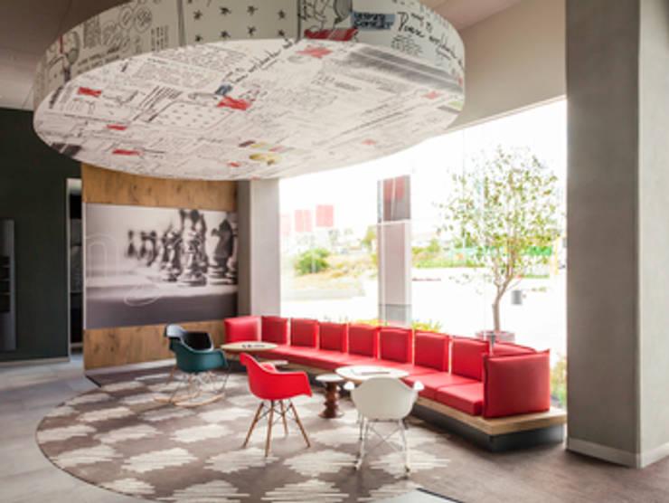 wall paper: Vestíbulos, pasillos y escaleras de estilo  por Magic Pop De México