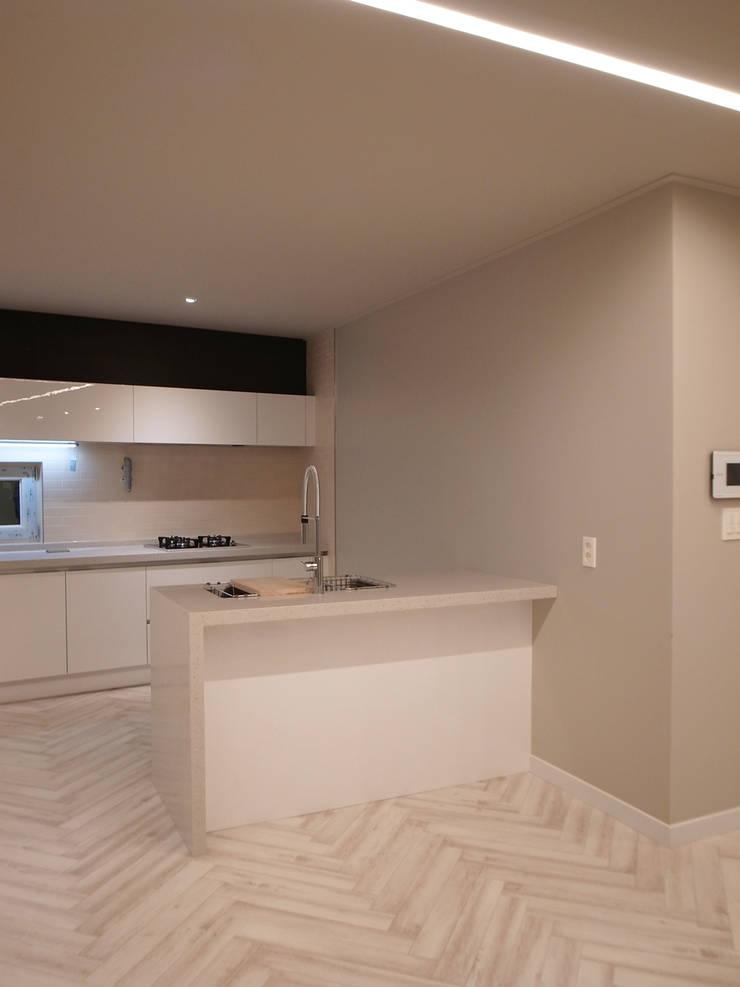 Küche von IDÉEAA _ 이데아키텍츠, Modern