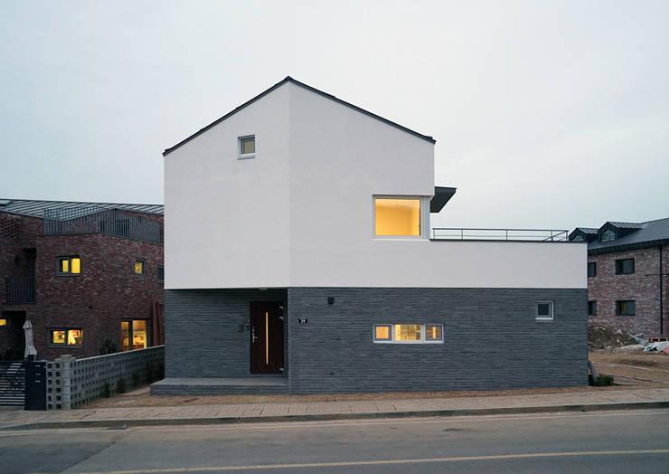 광명주택: IDÉEAA _ 이데아키텍츠의  주택,모던