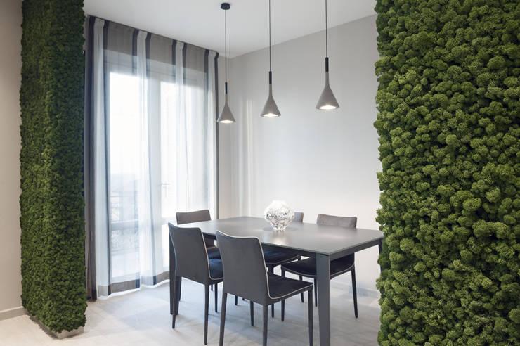Zielone ściany z mchu w kuchni: styl , w kategorii Jadalnia zaprojektowany przez BandIt Design