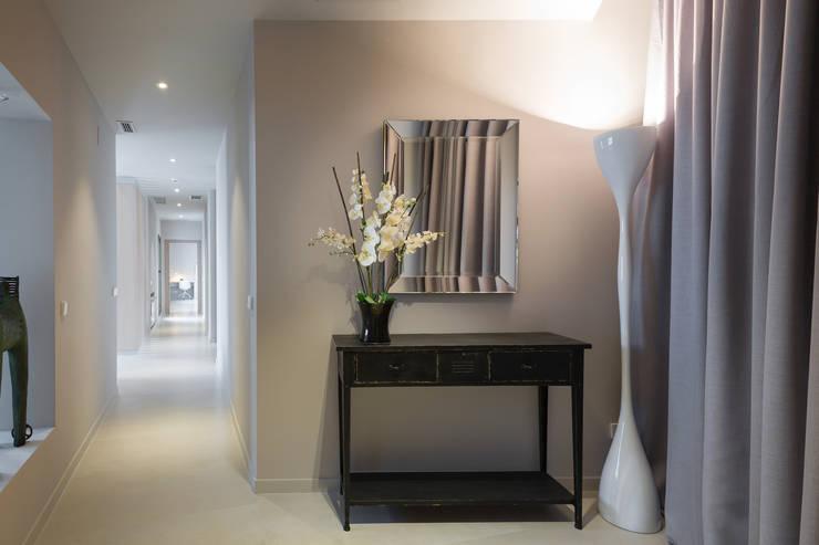 GRAN VIA APARTMENT: Pasillos y vestíbulos de estilo  de Cuarto Interior