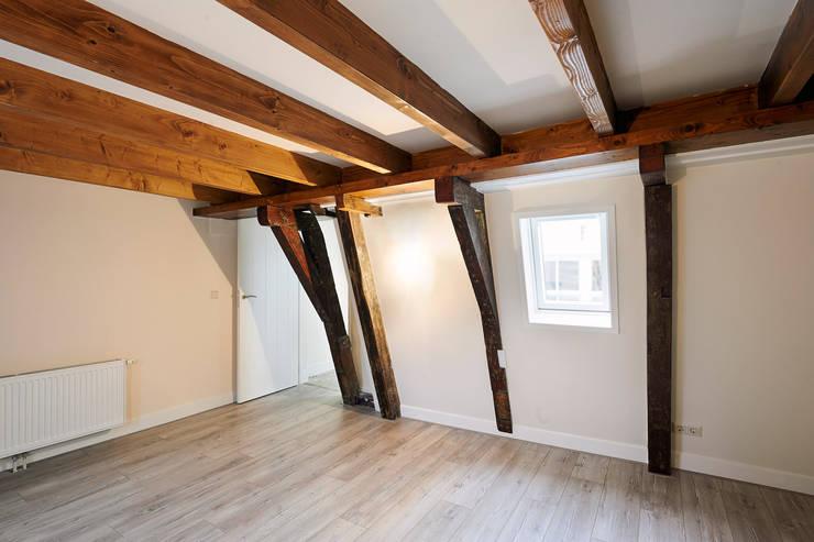 slaapkamer in het achterhuis:  Slaapkamer door Architectenbureau Vroom