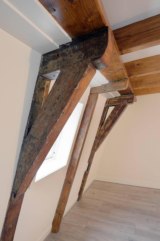 houtconstructie uit de 17e eeuw:  Slaapkamer door Architectenbureau Vroom