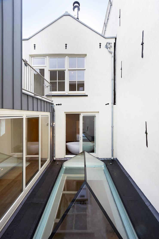 licht en lucht in en aan het binnenhof:  Huizen door Architectenbureau Vroom
