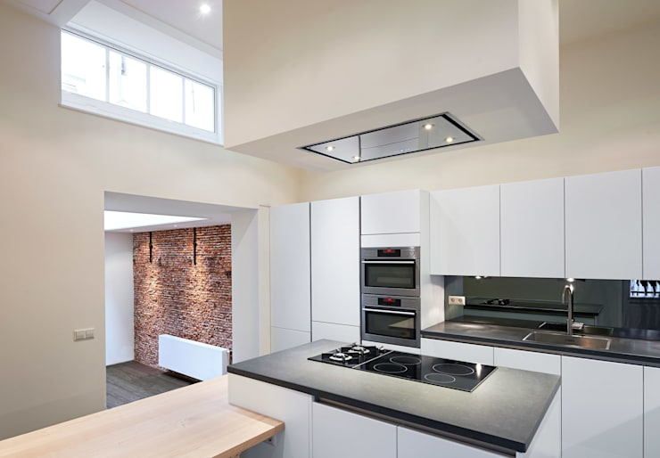 keuken met kookeiland:  Keuken door Architectenbureau Vroom