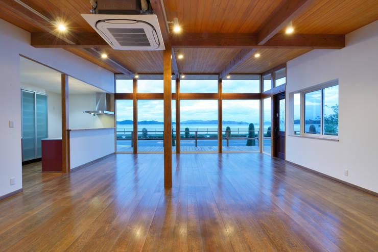 ห้องนั่งเล่น by 青木建築設計事務所