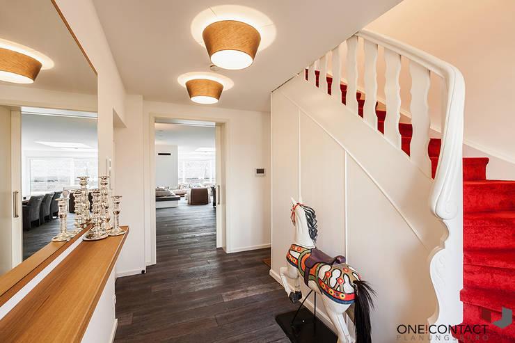 Pasillos y vestíbulos de estilo  de ONE!CONTACT - Planungsbüro GmbH