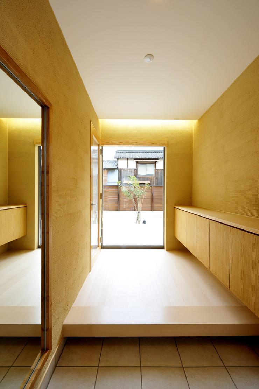 アウトリビングのある家: 青木建築設計事務所が手掛けた廊下 & 玄関です。