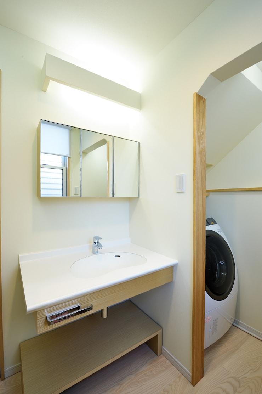 アウトリビングのある家: 青木建築設計事務所が手掛けた浴室です。
