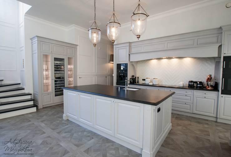 widok kuchni od strony salonu : styl , w kategorii Kuchnia zaprojektowany przez ARTYSTYCZNA MANUFAKTURA MEBLE,Klasyczny Drewno O efekcie drewna